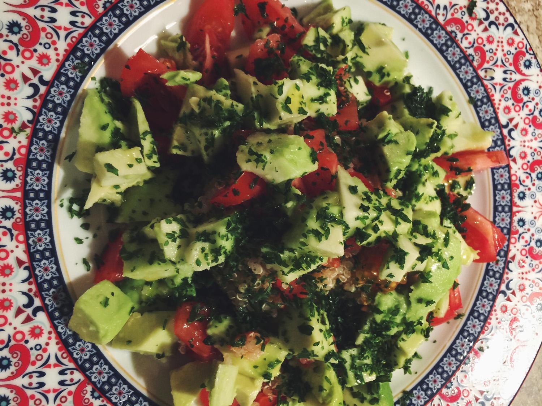 Quinoa mit Avocados Tomaten und Petersilie