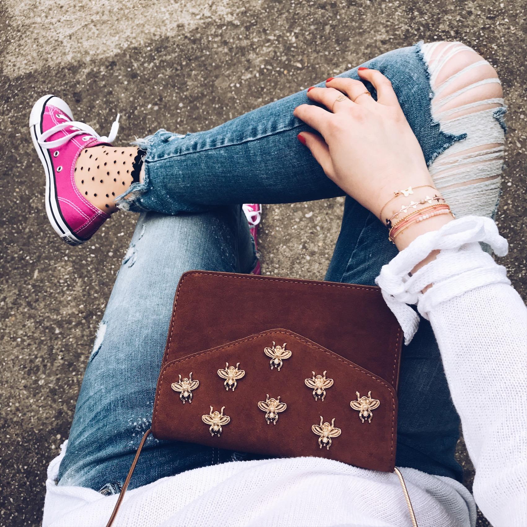 rosa Converse mit Pünktchensocken kombiniert