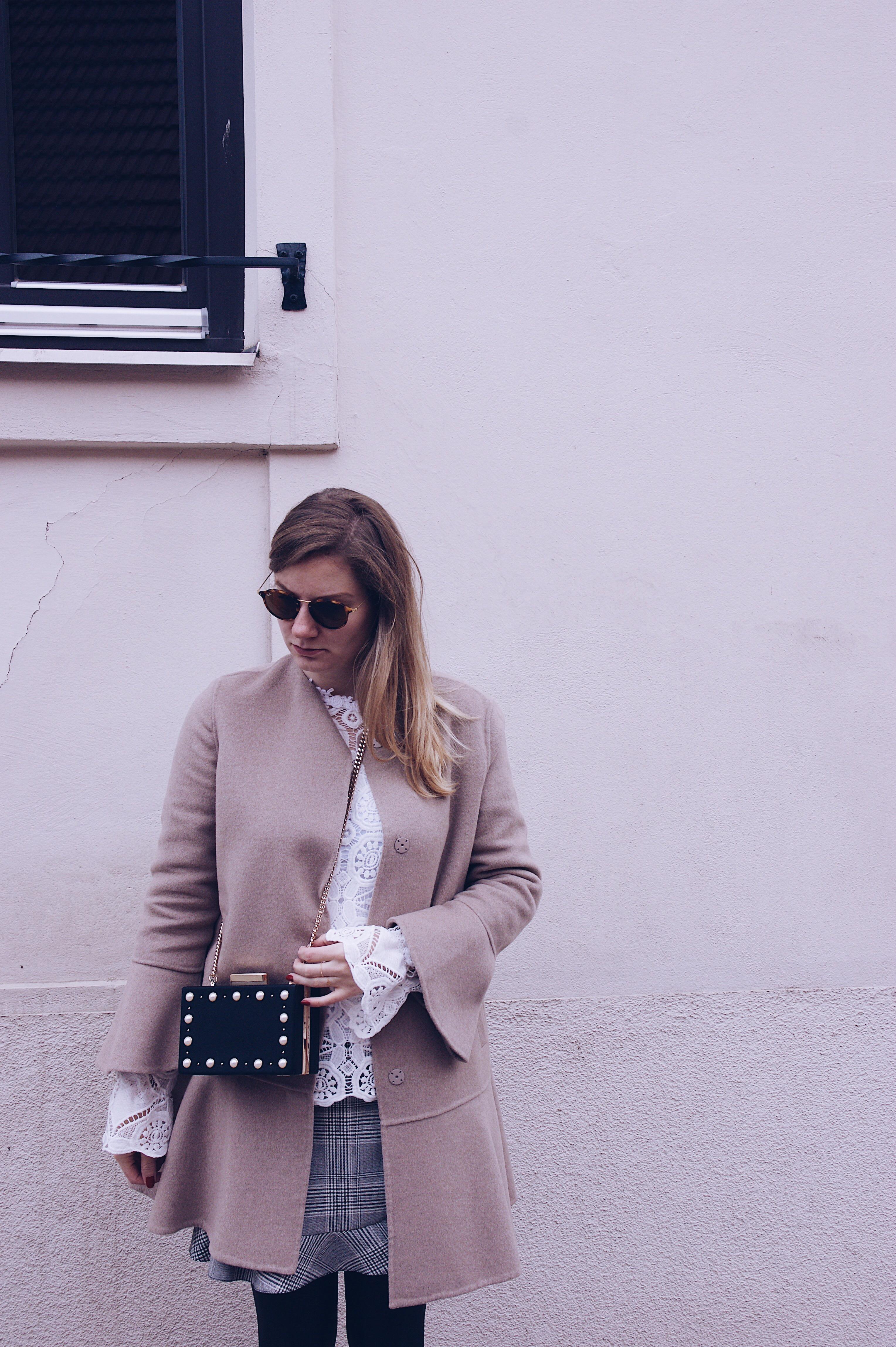 Zara Mantel, Volant Rock, Spitzenbluse, Perlentasche