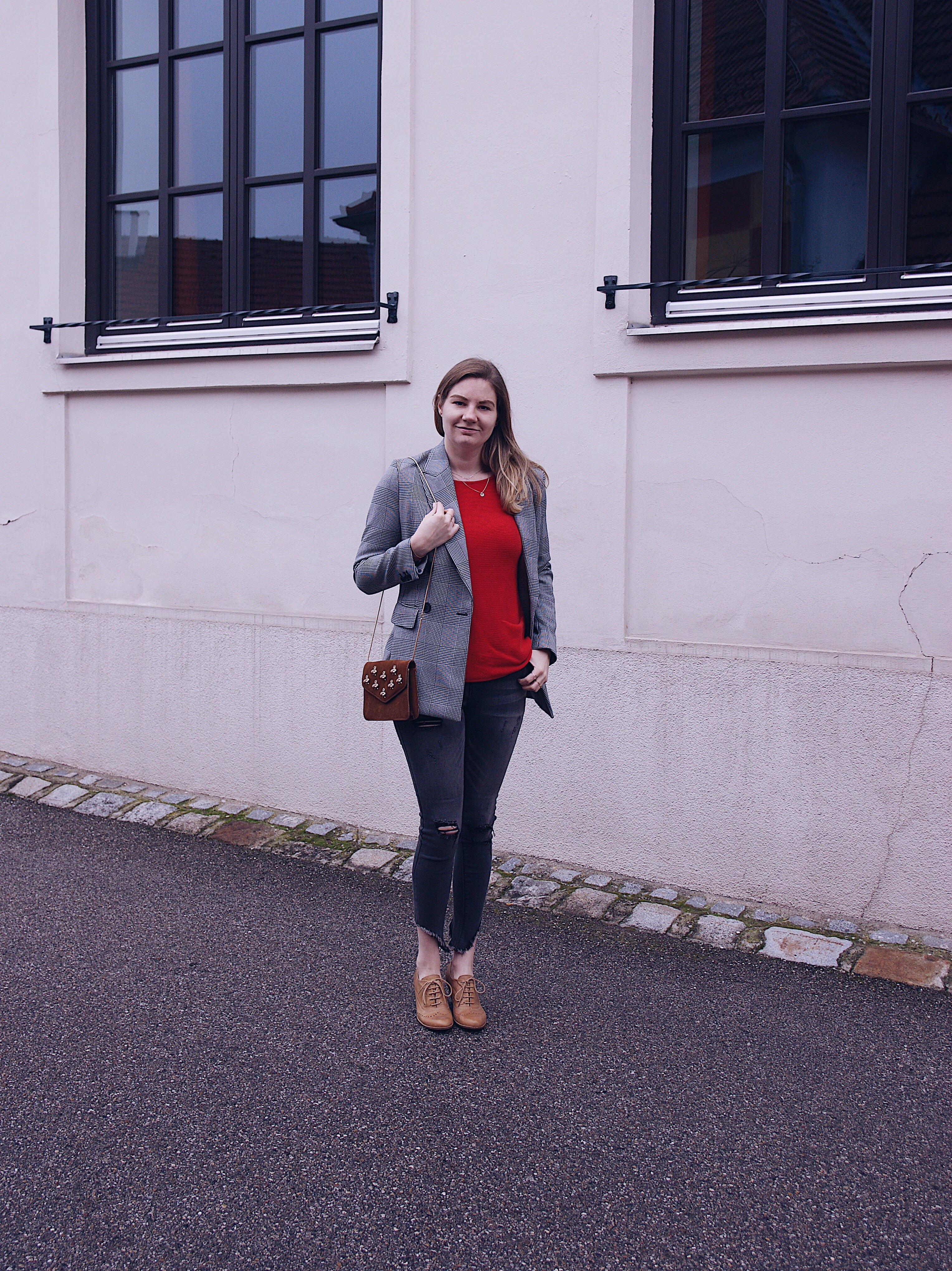 Hahnentritt Blazer, roter Pullover, destroyed Jeans
