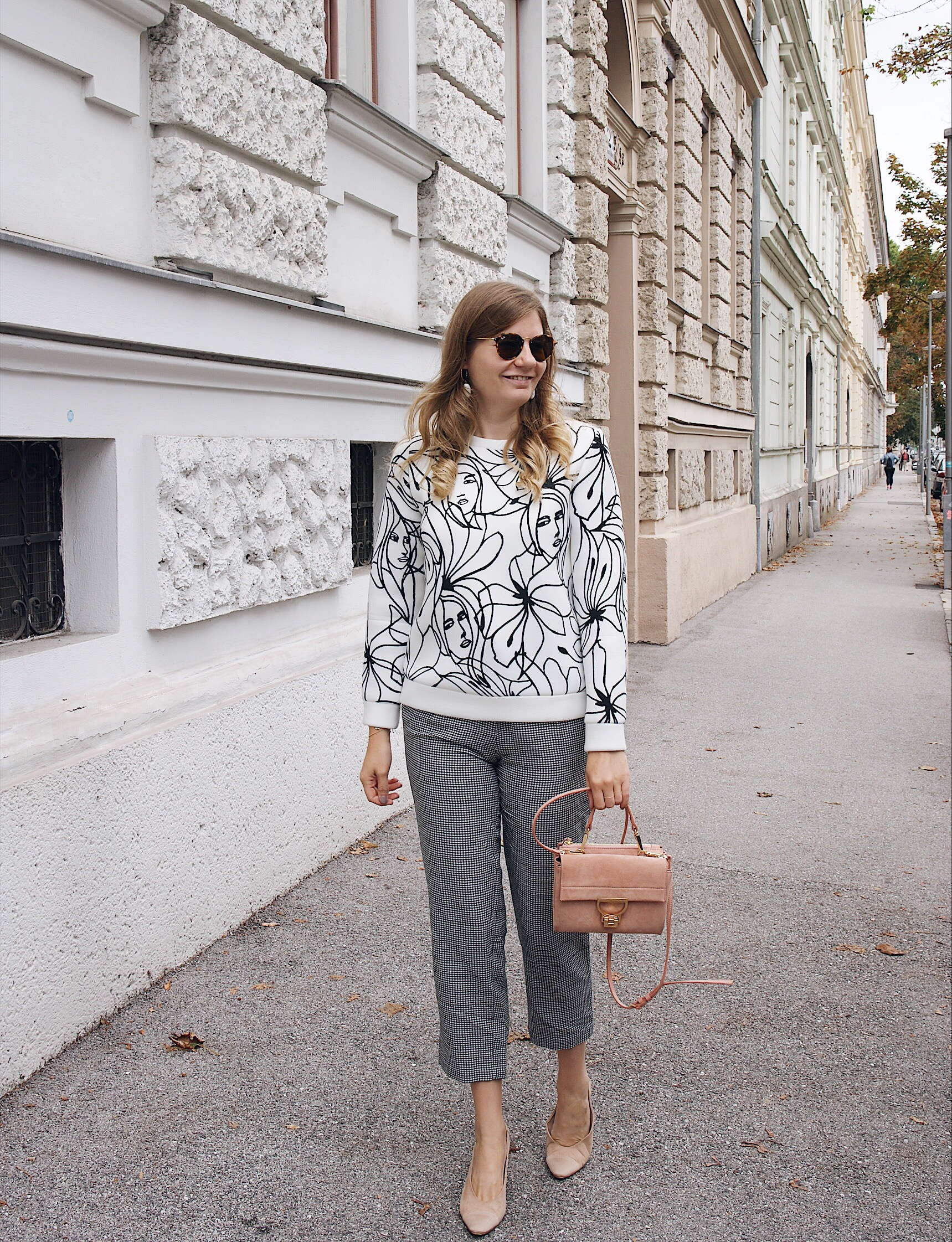Streetstyle Herbst Outfit Karohose und Skribble Print Sweater