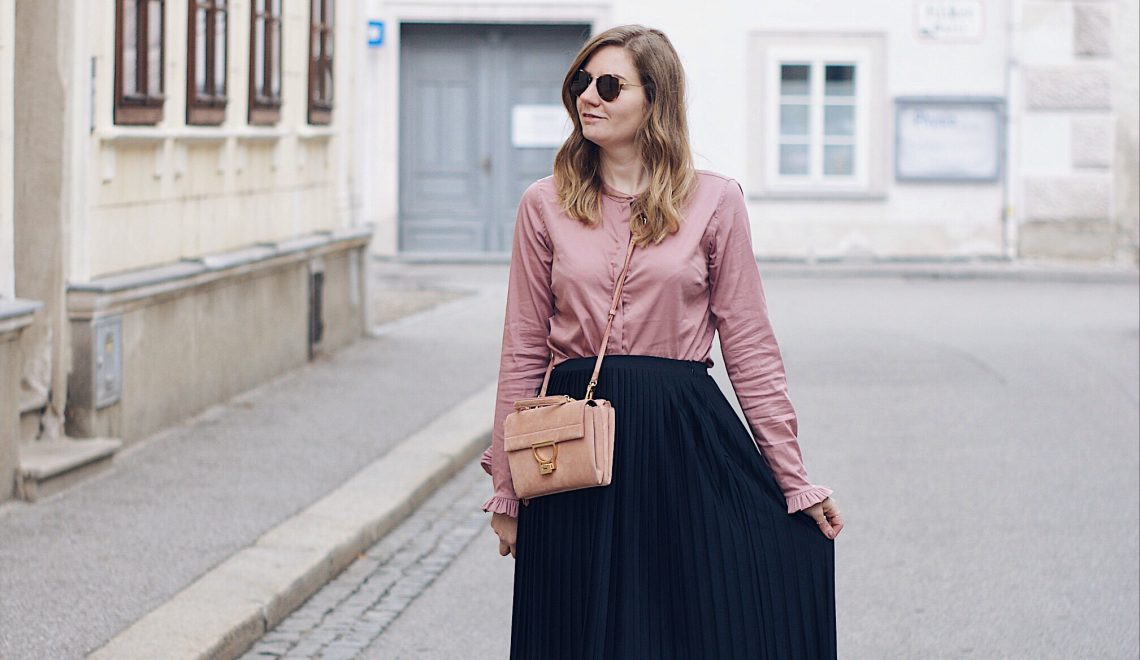 Streetstyle Herbst Outfit mit Plisseerock, Bluse und Sling Pumps