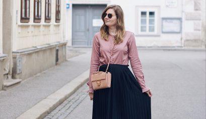 Streetstyle Herbst Outfit mit Plisseerock, Bluse und Sling Pumps