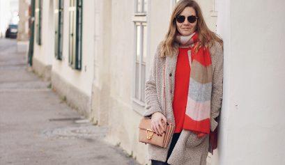 Opus Teddymantel, Schal, Pullover und Kunstlederleggings