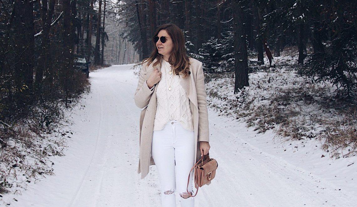 Hello Winter: weißes Winteroutfit mit Mantel und kuschelig warmen Boots