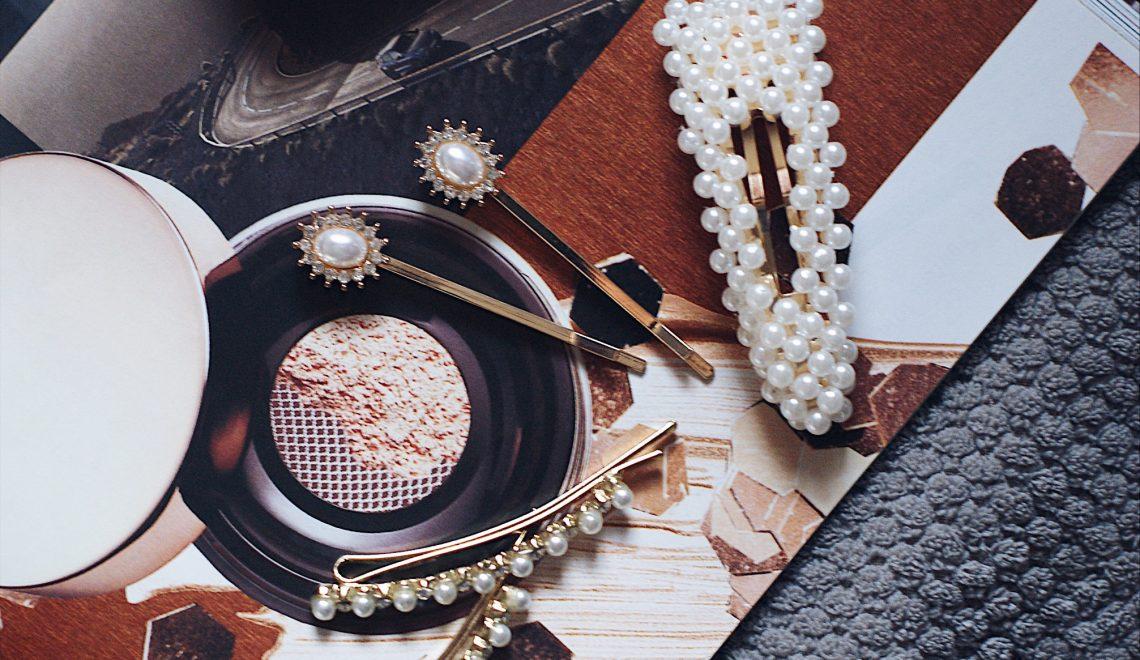 Die Haartrends 2019: Haarclips mit Strasssteinen und Perlen