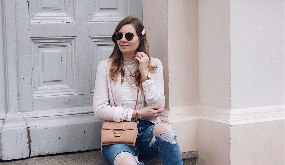 Destroyed Jeans kombiniert mit einer Spitzenbluse – geht das?