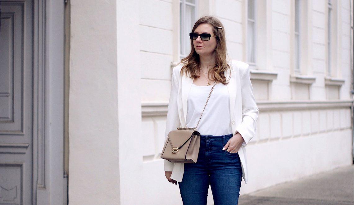 Wie kombiniert man einen weißen Blazer?