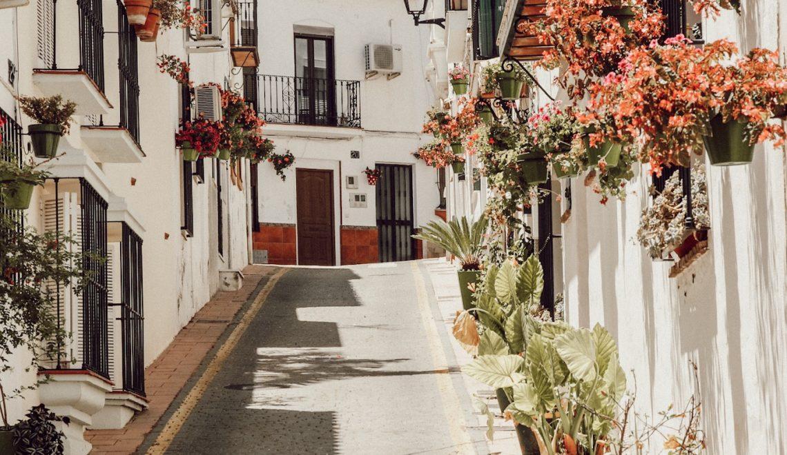 Estepona: Ein weißes Dorf in Andalusien geschmückt mit unzähligen Blumen