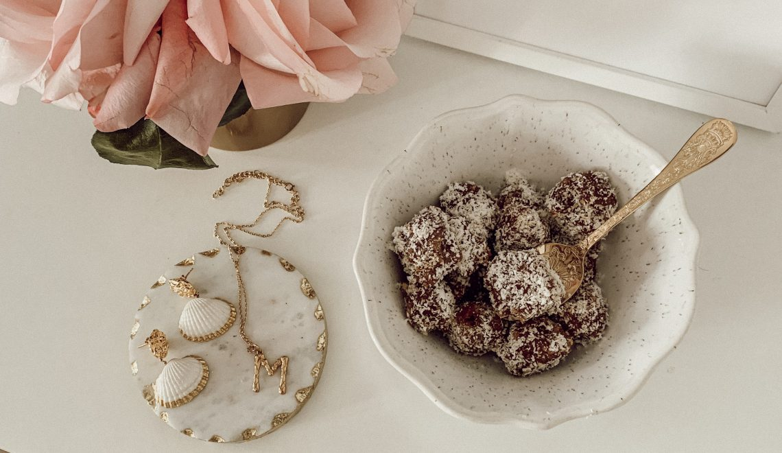 Rezept: raw and vegan energy balls – Gesunde Dattel Mandel Kugeln mit Kokosstreusel
