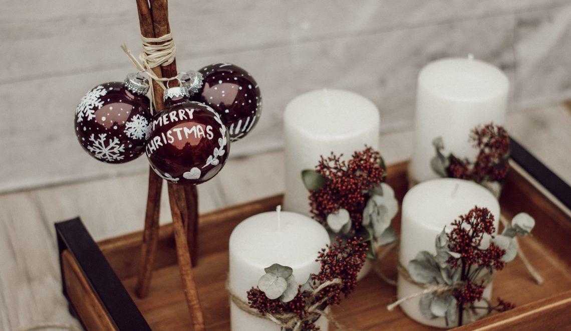DIY: Adventskranz mit Eucalyptus und selbst bemalten Christbaumkugeln