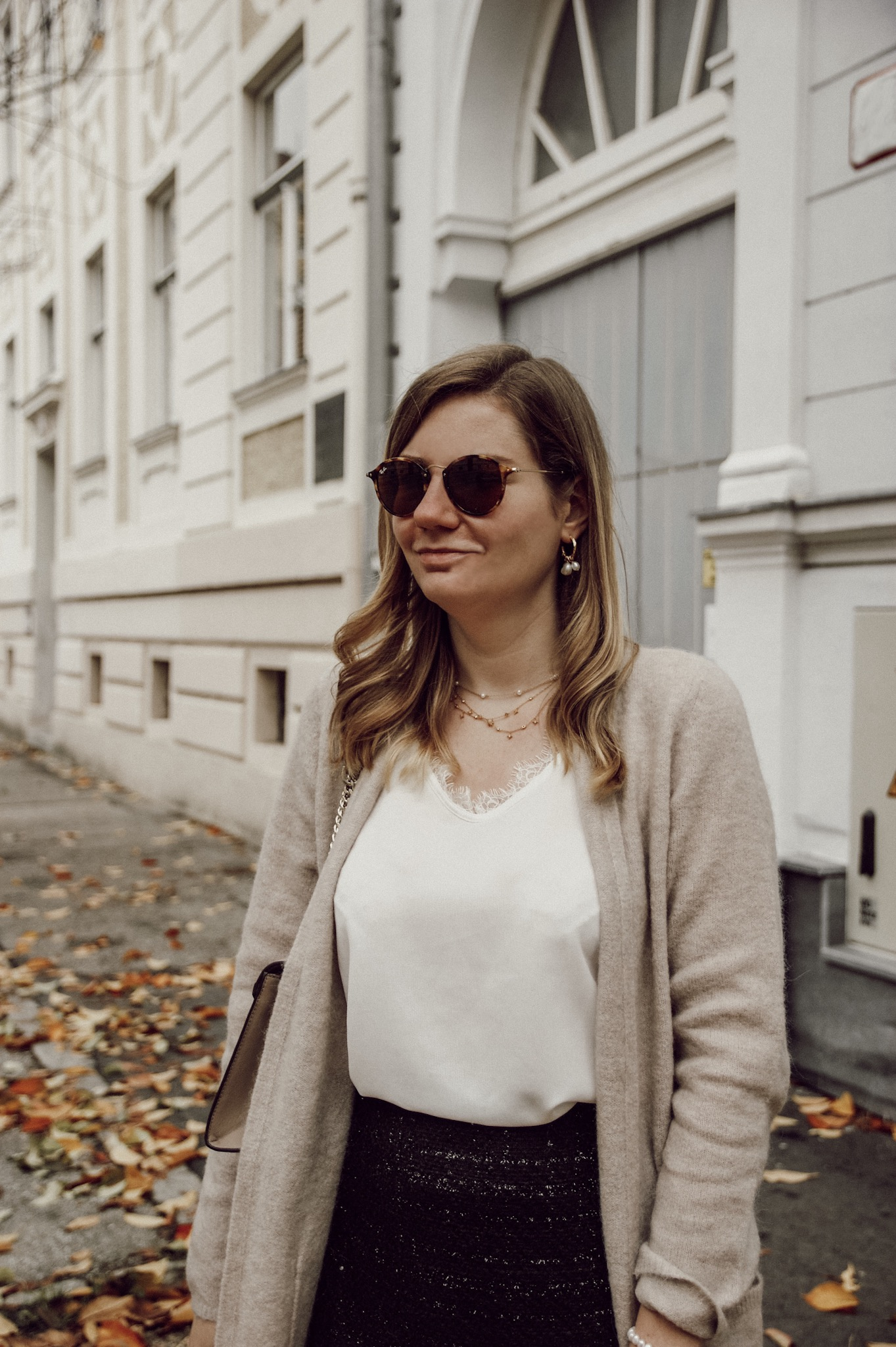 Outfit mit Lederrock schwarz beige und Long Cardigan
