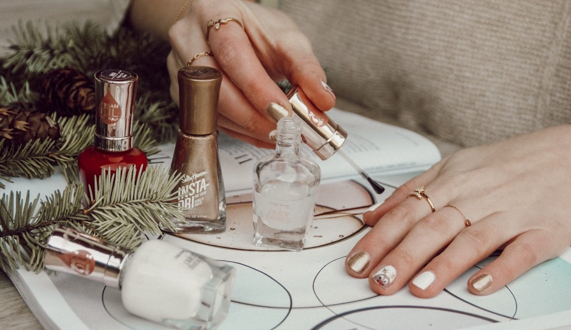 christmas nail art mit Nagellacken von Sally Hansen