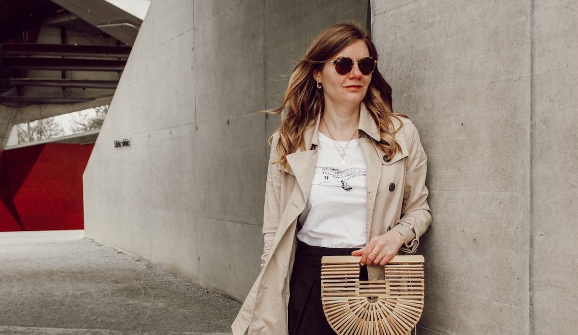Spring Outfit mit Trenchcoat, Rock und Statement Shirt