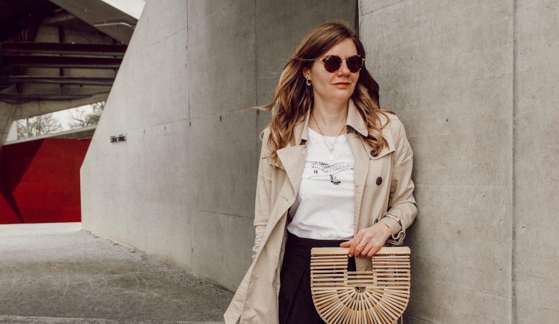 Spring Outfit mit Trenchcoat, Rock und Statement Shirt