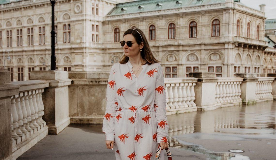 So lassen sich luftig leichte Sommerkleider mit Print kombinieren