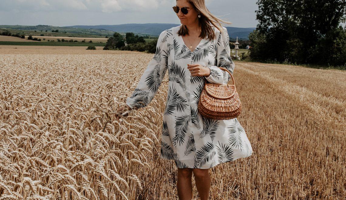 Fields of Gold: Mein Sommeroutfit – Sommerkleid mit palm leaves, Strohtasche und Strohhut