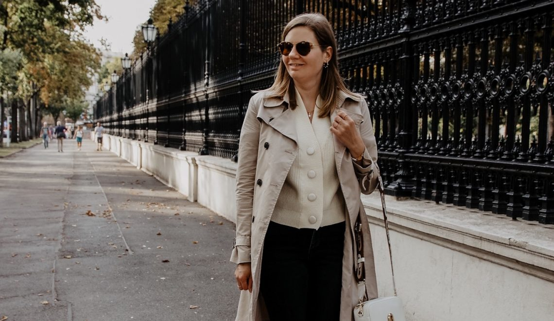 Herbst Outfit: Trenchcoat mit grauer Jeans und Sneakers