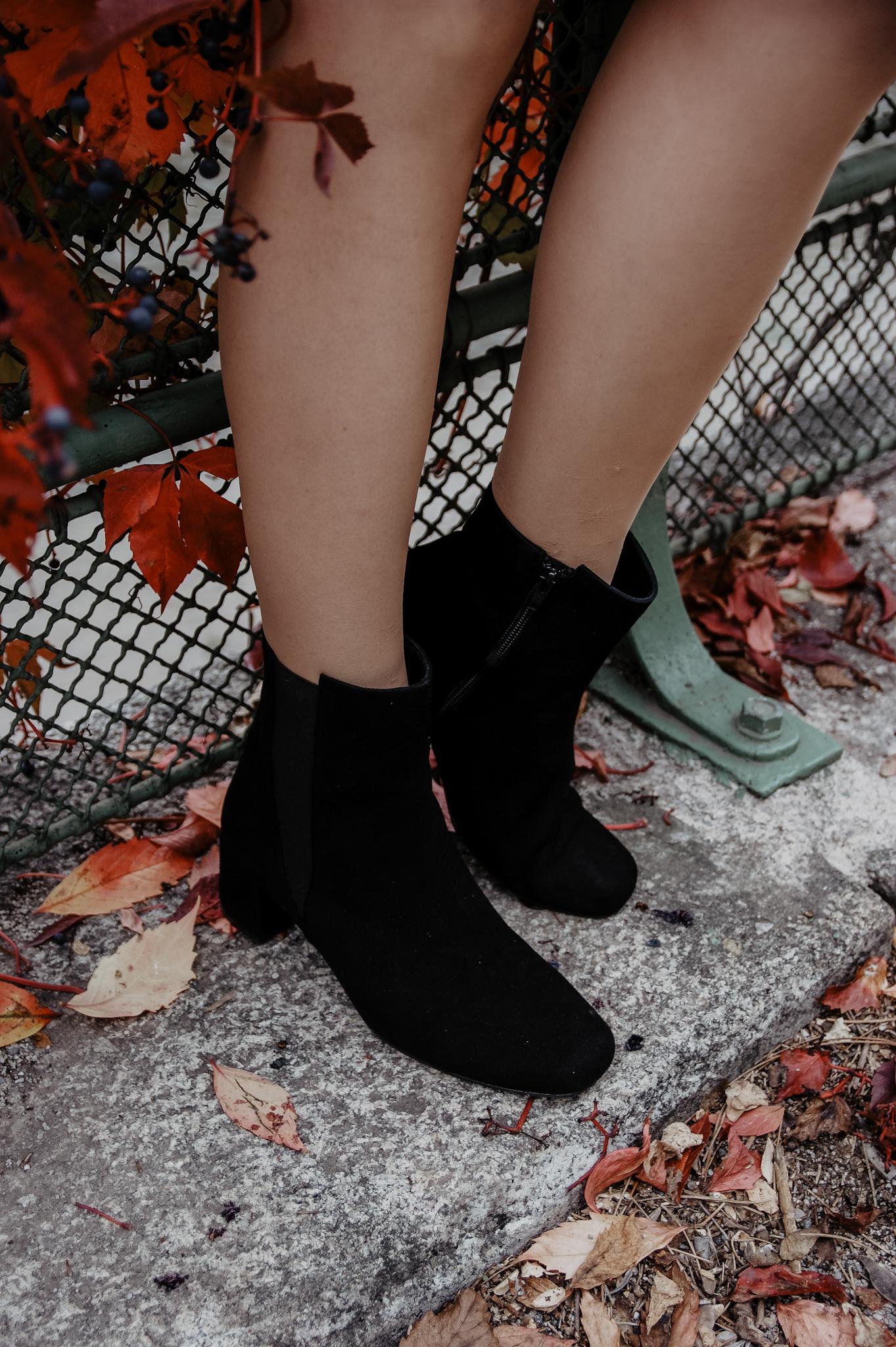 Outfit Herbst mit Rock, Rollkragenpullover und Stiefeletten
