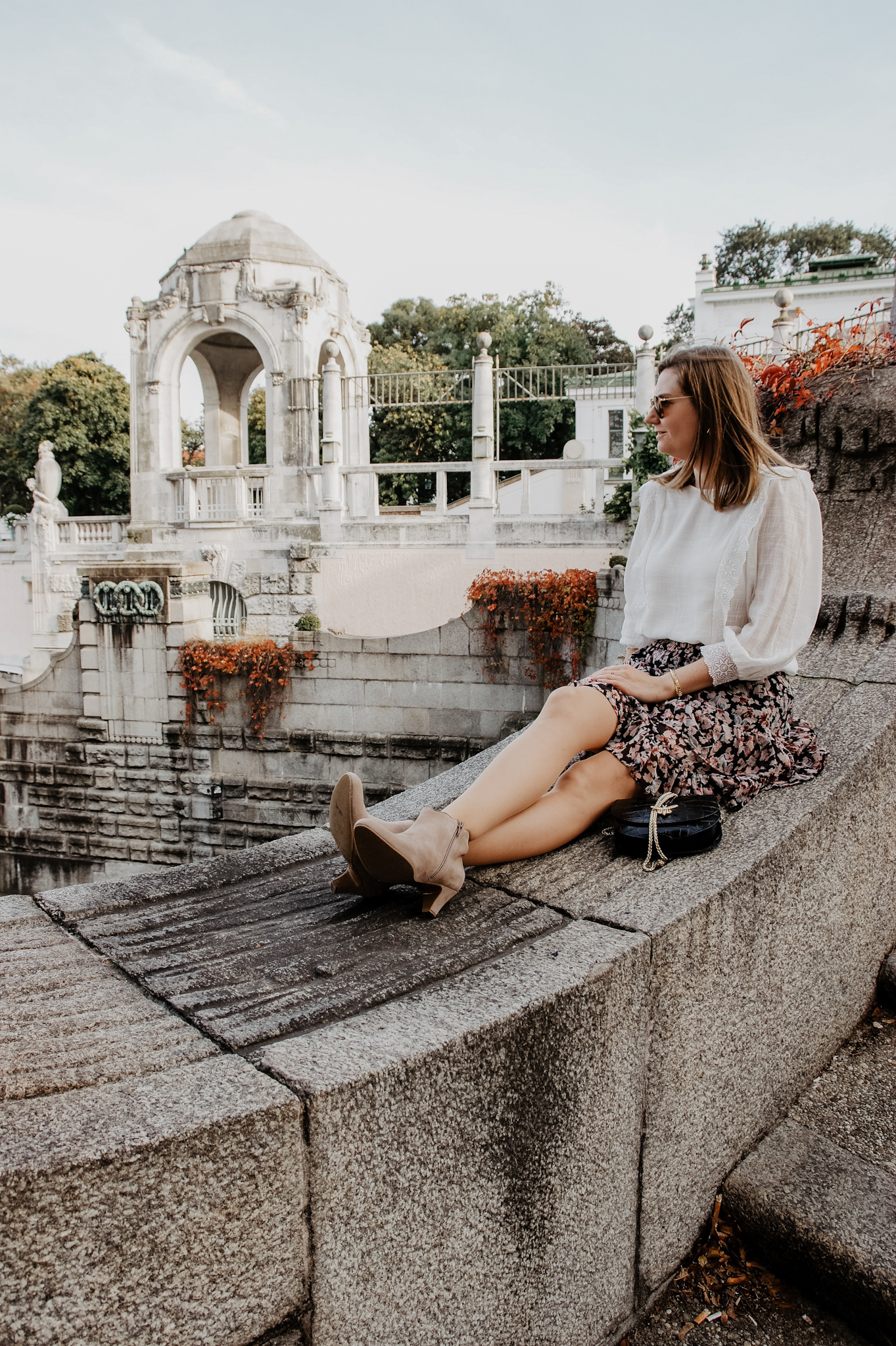 Herbstoutfit Sezane Bluse, Rock, Stiefeletten La Shoe
