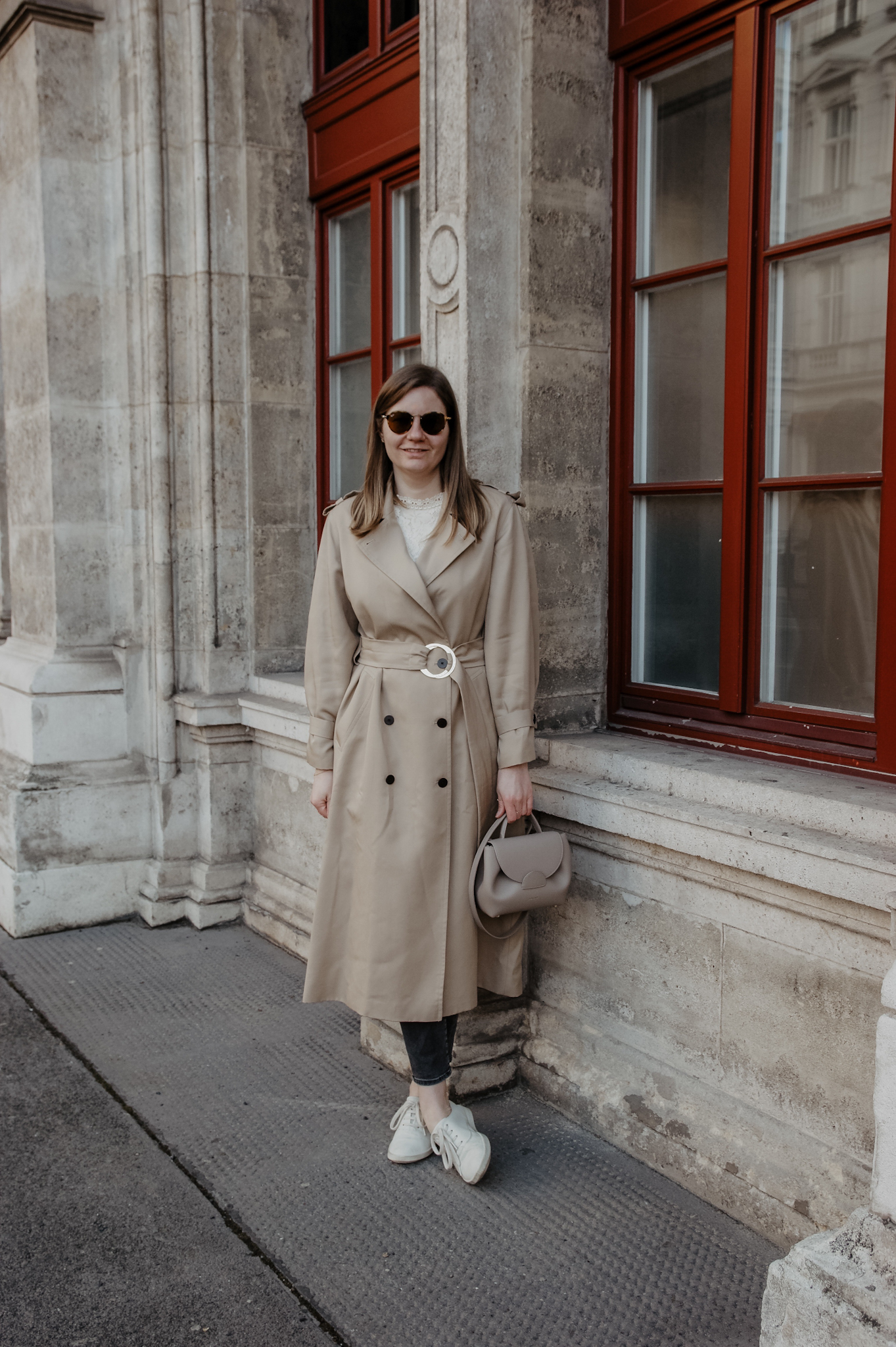 Klassische Trenchcoat Outfit im Frühling