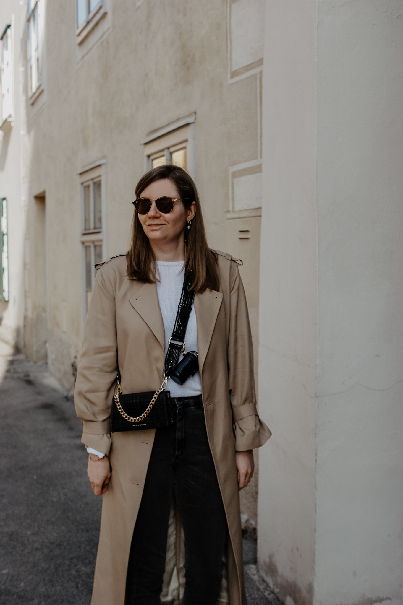 Trenchcoat Black Jeans Outfit