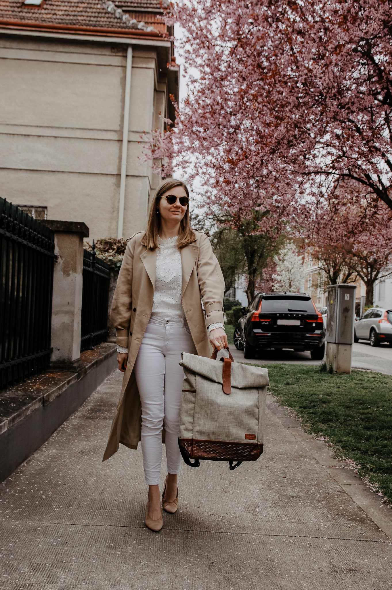 Trenchcoat, jeans, Gusti Leder Rucksack, backpack, cherry blossom, spring outfit