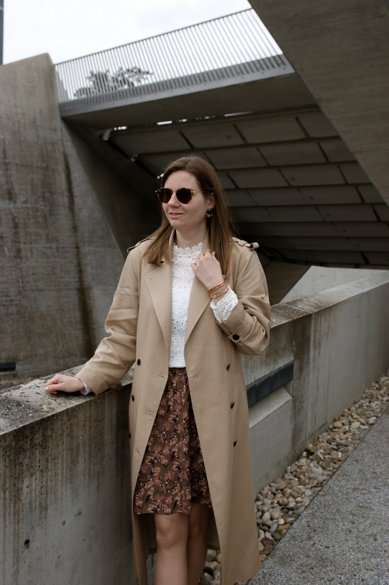 Trenchcoat, Rock, Bluse Outfit, Streetstyle, Les Georgettes manchettes